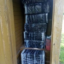 Nustebo ir visko matę pasieniečiai: kontrabandiniai rūkalai – lauko tualete