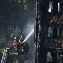 Gaisro Londono daugiabutyje aukų skaičius išaugo iki 30