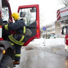 Incidentas Vilniaus mokykloje: dėl pripurkštų dujų evakuota 600 moksleivių