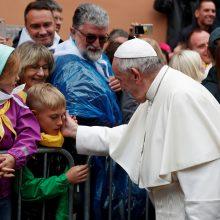 Prie Aušros vartų – jaudinantis popiežiaus Pranciškaus gestas