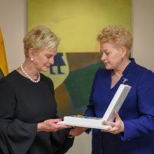 Prezidentė perdavė senatoriui J. McCainui skirtą Lietuvos apdovanojimą