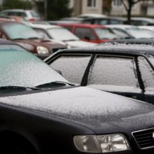 Vilniuje trys automobiliai aplieti neaiškiu skysčiu, apsinuodijo moteris