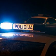 Kaune automobilis trenkėsi į stulpą, dėl girto vairuotojo nukentėjo žmogus