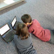 Policija patarė, kaip padėti vaikams saugiai naudotis internetu