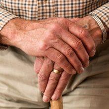 Šaltą naktį 83-ejų senolis gatvėmis klaidžiojo be striukės