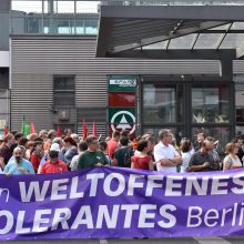 Berlyne tūkstančiai žmonių protestuoja prieš neonacių eitynes, jas atšaukė