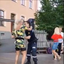 Policininkas tapo interneto sensacija: jo šokis daugeliui atėmė žadą
