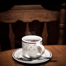 Tyrimas: geriant itin karštą arbatą didėja rizika susirgti vėžiu