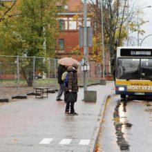 Uostamiesčio gyventojai autobusų laukia prisidengę skėčiais