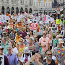 Londone prieš D. Trumpo vizitą protestuoja dešimtys tūkstančių žmonių