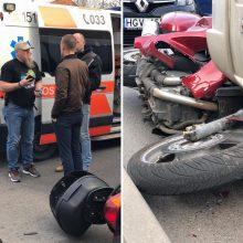 Kauno centre – motociklo ir mikroautobuso avarija, nukentėjo žinomo kinologo sūnus