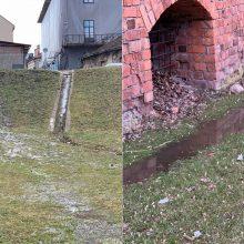 Nerimą kelia vaizdas prie Kauno pilies: šlaitą skalauja kriokliu tekantis vanduo