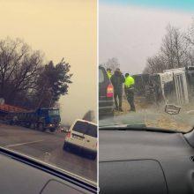 Nelaimingas rytas: du sunkvežimiai nulėkė nuo kelio