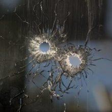 Incidentas Kaune: jaunuoliai šaudė į daugiabučio langus, švaistėsi metaline lazda