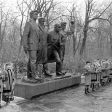 """Prievarta: 1988 m. vasario 12-ąją sovietų valdžios suvaryti prie paminklo """"Keturi komunarai"""" kauniečiai turėjo pasmerkti JAV Kongreso rezoliuciją ir Prezidento R.Reigano proklamaciją dėl Vasario 16-osios."""