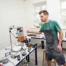 Pažanga: L.Kiluskas Kaune išbandė naujus 3D spausdintuvus dirbdamas su kauliniu porcelianu.