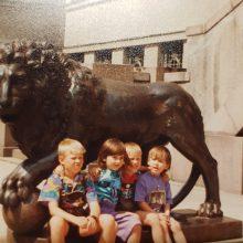 Akcentas: įsiamžinti su liūtais – sena kauniečių tradicija. Nuotraukoje – garsių šokėjų Jūratės ir Česlovo Norvaišų anūkai
