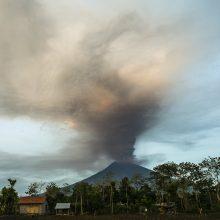 Dėl galimo ugnikalnio išsiveržimo Balio saloje – masinė evakuacija