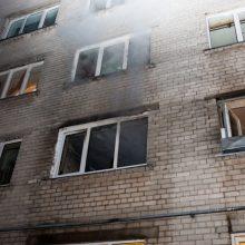 Kauniečių bute gaisrą sukėlė pro langą įmesti degtukai