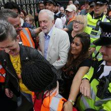Tūkstančiai žmonių Londone protestavo prieš taupymo priemones, valdžią