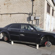 Ilgapirščiai pavogė prabangaus automobilio ratus