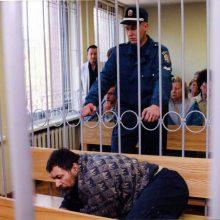 Poza: iš pradžių normaliai elgęsis A.Kiseliovas teisme ėmė imituoti ligą.