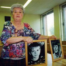 Akistata: dukros ir proanūkio netekusi moteris teisme broliams Pavlovams rodė jų aukų nuotraukas.