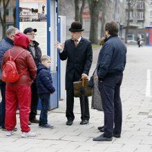 Informacija: šaltuoju metų laiku Klaipėdoje aktyviai darbuojasi įvairiais istoriniais personažais persirengiantis gidas, bet jis magnetukų nepardavinėja.
