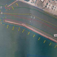Realus: pasirinktas šis pigesnis uosto vartų pertvarkymo variantas su raudona linija, kuri  rodo naują laivų plaukimo ašį.