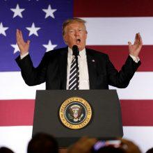 D. Trumpas piktinasi teiginiais, kad prezidento darbuotojai prieš jį nusistatę
