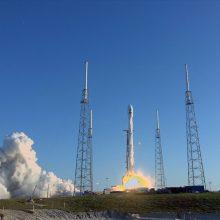 """""""SpaceX"""" paleido galingiausios modifikacijos """"Falcon 9"""" raketą"""