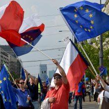 ES perspėja Lenkiją stabdyti teismų reformas ir grasina sankcijomis