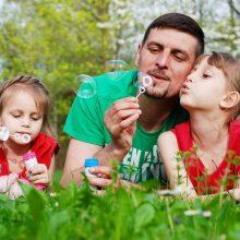 Lietuvoje atsiras du mėnesiai neperleidžiamų atostogų tėčiams?