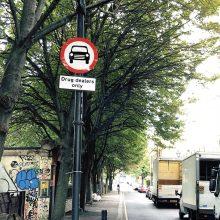 Londone gatvės menininkai narkotikų prekeivius gėdina kelio ženklais