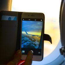 Kas nutiktų, jei visi lėktuvo keleiviai prijungtų savo telefonus krautis?