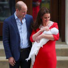 Princas Williamas ir jo žmona Kate su naujagimiu grįžo namo