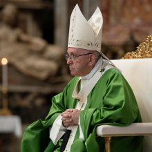 Popiežius perspėja, kad klimato kaita pavers Žemę dykuma ir šiukšlynu