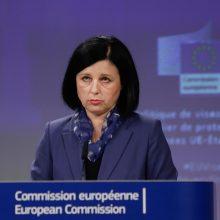 """Europos Komisija ragina ES nares riboti """"auksinių"""" vizų ir pasų išdavimą"""