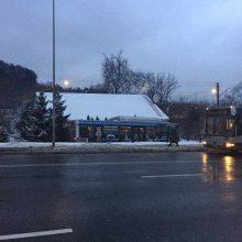 Vilniuje nuo kelio nuvažiavo maršrutinis autobusas