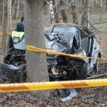 Plungės rajone į medį atsitrenkė stipriai apgirtusio vairuotojo automobilis