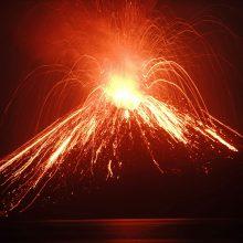 Iš Indonezijoje atsibudusio Anak Krakatau ugnikalnio veržiasi pelenai ir lava