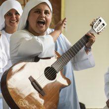 Tiesiai iš Kolumbijos vienuolė repuos popiežiui