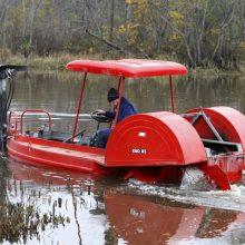 Upę pagyvino traktorius-amfibija