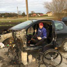 Iššūkiai: V.Kinčius sugebėjo išardyti sesers automobilį, o mamai baigia pastatyti priestatą.