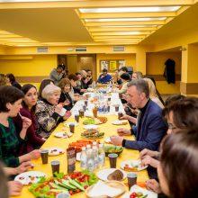 Skanu: buvusioje savivaldybės valgykloje stalai lūžo nuo suneštinių vaišių.