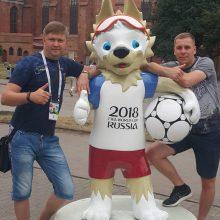 Simbolis: klaipėdietis V.Lapinskas <span style=color:red;>(dešinėje)</span> su draugu Kaliningrade įsiamžino prie pasaulio futbolo čempionato talismano.