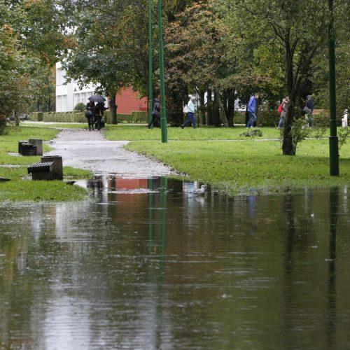 Į mokyklą – briste per vandenį  © Vytauto Liaudanskio nuotr.