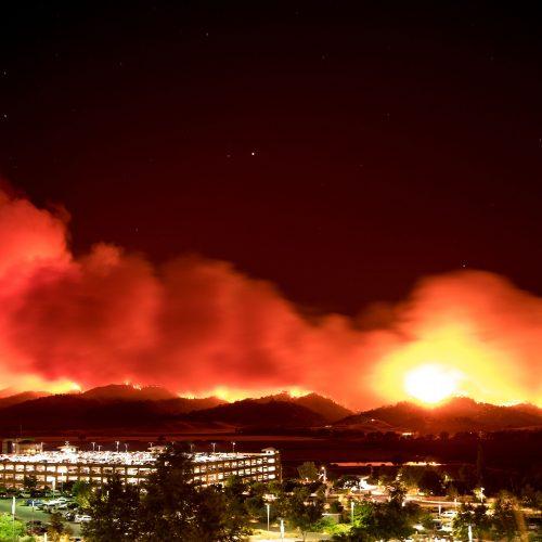 Kalifornijoje kovojama su didžiuliais miškų gaisrais
