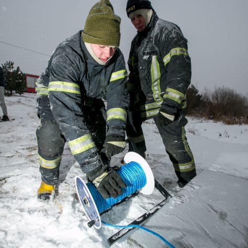 Ugniagesių pratybos – gelbėjimo darbai ant ledo  © Vilmanto Raupelio nuotr.