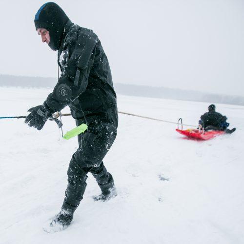 Ugniagesių pratybos – gelbėjimo darbai ant ledo